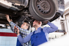Professionele werktuigkundigen die auto herstellen Stock Afbeelding