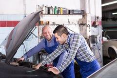 Professionele werktuigkundigen die auto herstellen Royalty-vrije Stock Afbeeldingen