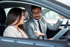Professionele winkelbediende verkopende auto's bij het handel drijven aan koper royalty-vrije stock foto