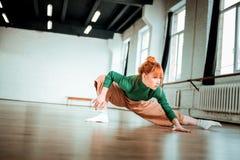 Professionele yogabus in een groene col die asana voor flexibiliteit doen stock foto's