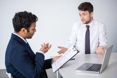 Professionele zakenlieden die commerciële vergadering hebben bij bedrijf royalty-vrije stock afbeeldingen