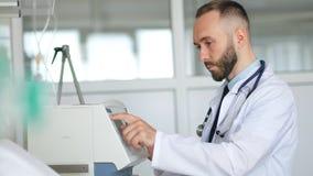 Professionele zekere artsenspecialist die met medische apparaten werken stock footage