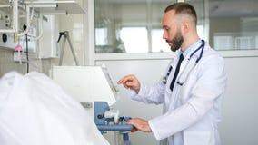 Professionele zekere artsenspecialist die met medische apparaten werken stock videobeelden