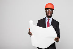 Professionele zwarte architect het bezoeken bouwwerf met blauwdrukplannen en beschermende die veiligheidsbouwvakker op wit worden Royalty-vrije Stock Afbeelding