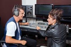 Professionell som blandar ljudsignal i inspelningstudio royaltyfri foto
