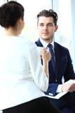 Professionell som pratar under ett kaffeavbrott royaltyfria bilder