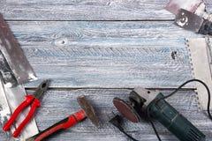 Professionell som reparerar verktyg för dekorera och byggande renoveringuppsättning i träbakgrunden elektriska hjälpmedel royaltyfri foto