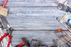 Professionell som reparerar verktyg för dekorera och byggande renoveringuppsättning i träbakgrunden elektriska hjälpmedel arkivbilder