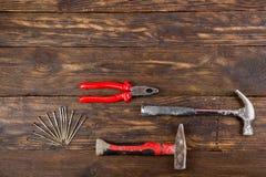 Professionell som reparerar verktyg för dekorera och byggande renoveringuppsättning på träbakgrunden Top beskådar kopia royaltyfri bild