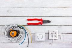 Professionell som reparerar verktyg för den dekorera och byggande renoveringuppsättningen i träbakgrunden, elektriker royaltyfria foton