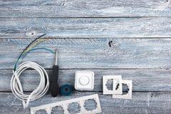 Professionell som reparerar verktyg för den dekorera och byggande renoveringuppsättningen i träbakgrunden, elektriker royaltyfri foto