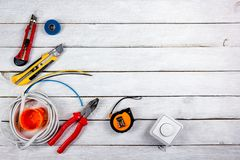 Professionell som reparerar verktyg för den dekorera och byggande renoveringuppsättningen i träbakgrunden, elektriker kopia fotografering för bildbyråer