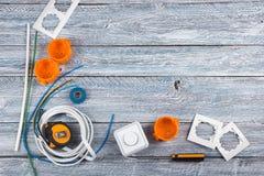Professionell som reparerar verktyg för den dekorera och byggande renoveringuppsättningen i träbakgrunden, elektriker Top royaltyfria bilder