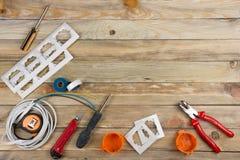 Professionell som reparerar verktyg för den dekorera och byggande renoveringuppsättningen på träbakgrunden, elektriker arkivfoton