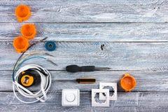 Professionell som reparerar verktyg för den dekorera och byggande renoveringuppsättningen på träbakgrunden, elektriker royaltyfri bild