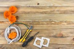 Professionell som reparerar verktyg för den dekorera och byggande renoveringuppsättningen på träbakgrunden, elektriker arkivbild