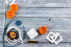 Professionell som reparerar verktyg för den dekorera och byggande renoveringuppsättningen på träbakgrunden, elektriker royaltyfri fotografi
