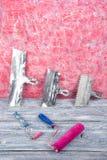 Professionell som reparerar verktyg för den dekorera och byggande renoveringuppsättningen, vägg i bakgrunden rappa hjälpmedel arkivbild