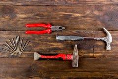 Professionell som reparerar verktyg f?r dekorera och byggande renoveringupps?ttning i tr?bakgrunden Top besk?dar kopia royaltyfri fotografi