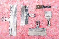Professionell som reparerar verktyg f?r dekorera och byggande renoveringupps?ttning p? bakgrunden rappa hj?lpmedel ?verkant arkivbilder