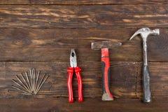 Professionell som reparerar verktyg f?r dekorera och byggande renoveringupps?ttning p? tr?bakgrunden Top besk?dar kopia royaltyfri fotografi