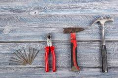 Professionell som reparerar verktyg f?r dekorera och byggande renoveringupps?ttning p? tr?bakgrunden Top besk?dar kopia arkivfoton