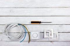Professionell som reparerar verktyg f?r den dekorera och byggande renoveringupps?ttningen i tr?bakgrunden, elektriker royaltyfria bilder
