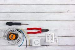 Professionell som reparerar verktyg f?r den dekorera och byggande renoveringupps?ttningen i tr?bakgrunden, elektriker royaltyfri bild