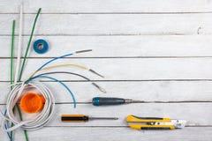Professionell som reparerar verktyg f?r den dekorera och byggande renoveringupps?ttningen i tr?bakgrunden, elektriker fotografering för bildbyråer