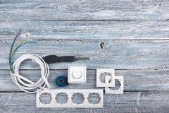 Professionell som reparerar verktyg f?r den dekorera och byggande renoveringupps?ttningen p? tr?bakgrunden, elektriker arkivbild