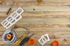 Professionell som reparerar verktyg f?r den dekorera och byggande renoveringupps?ttningen p? tr?bakgrunden, elektriker royaltyfri foto
