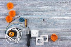 Professionell som reparerar verktyg f?r den dekorera och byggande renoveringupps?ttningen p? tr?bakgrunden, elektriker arkivfoto