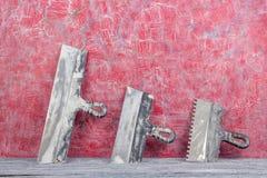 Professionell som reparerar verktyg f?r den dekorera och byggande renoveringupps?ttningen, v?gg i bakgrunden rappa hj?lpmedel royaltyfri fotografi