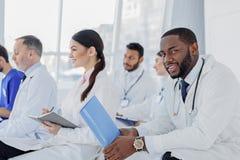 Professionelle Ärzte für Allgemeinmedizin, die Gespräch an der Klinik haben Lizenzfreie Stockfotos