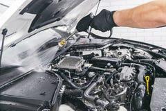 Professionelle Autopflege Manuelle Wäschemaschine mit Druckwasser Waschender Automotor mit Wasserdüse Auto washman Arbeitskraft-R stockfotos