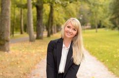 Professionelle blonde Frau mit einem reizenden Lächeln Lizenzfreie Stockfotografie