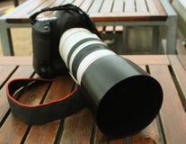 Professionelle digitale Fotokamera mit Telelinsen Lizenzfreie Stockbilder