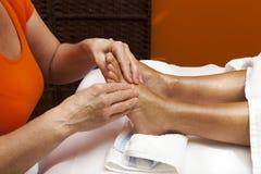 Professionelle entspannende Fußmassage, verschiedene Techniken Stockfotografie