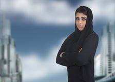 Professionelle islamische Frau tragendes hijab gegen a Lizenzfreie Stockfotografie