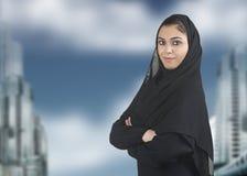 Professionelle islamische Frau tragendes hijab gegen a Lizenzfreies Stockbild