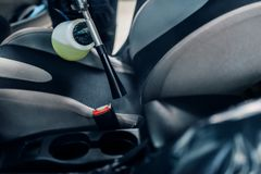 Professionelle Trockenreinigung des Autoinnenraums lizenzfreie stockbilder