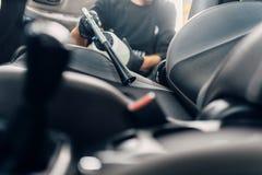 Professionelle Trockenreinigung des Autoinnenraums stockbild