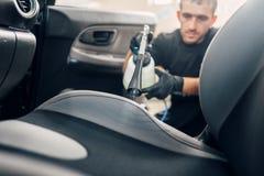 Professionelle Trockenreinigung des Autoinnenraums stockfoto