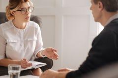 Professioneller überzeugter Therapeut, der mit ihrem Patienten arbeitet Lizenzfreies Stockbild
