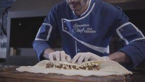 Professioneller in der blauen Chefuniform lula Kebab im modernen türkischen Restaurant kochend Kochen Sie das Setzen des Käses au stock video footage