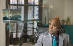 Professioneller, die einen futuristischen Bildschirm verwendet stockbild