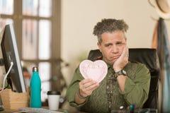 Professioneller, die negativ zum Valentinsgruß reagiert lizenzfreie stockfotos