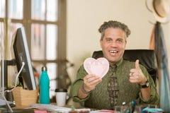 Professioneller, die positiv zum Valentinsgruß reagiert stockbild