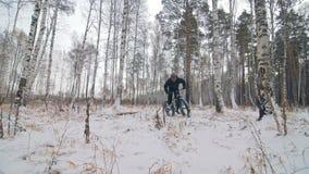 Professioneller extremer Sportlerradfahrer, der ein fettes Fahrrad im Freien reitet Radfahrerfahrt im Winterschnee-Waldmann tut stock video