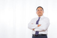Professioneller hispanischer Mann in der Klage mit überzeugtem Ausdruck Lizenzfreie Stockfotos